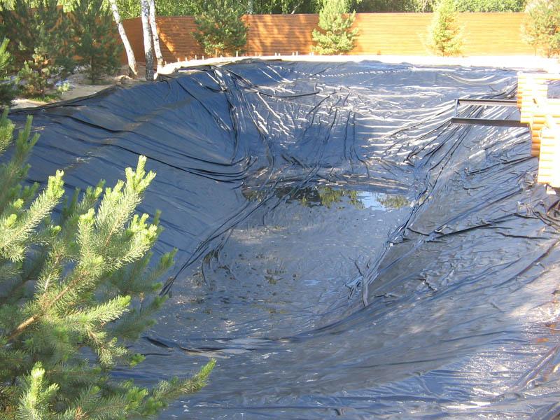 пруд на даче с использованием пленки