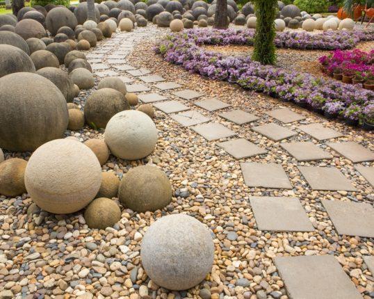 искусственный камень в оформлении сада