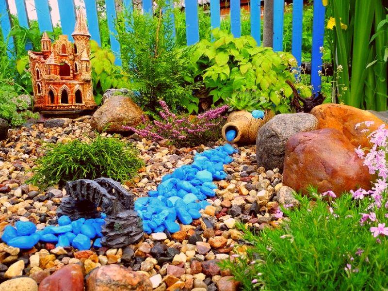 садовая композиция с использованием цветных камней