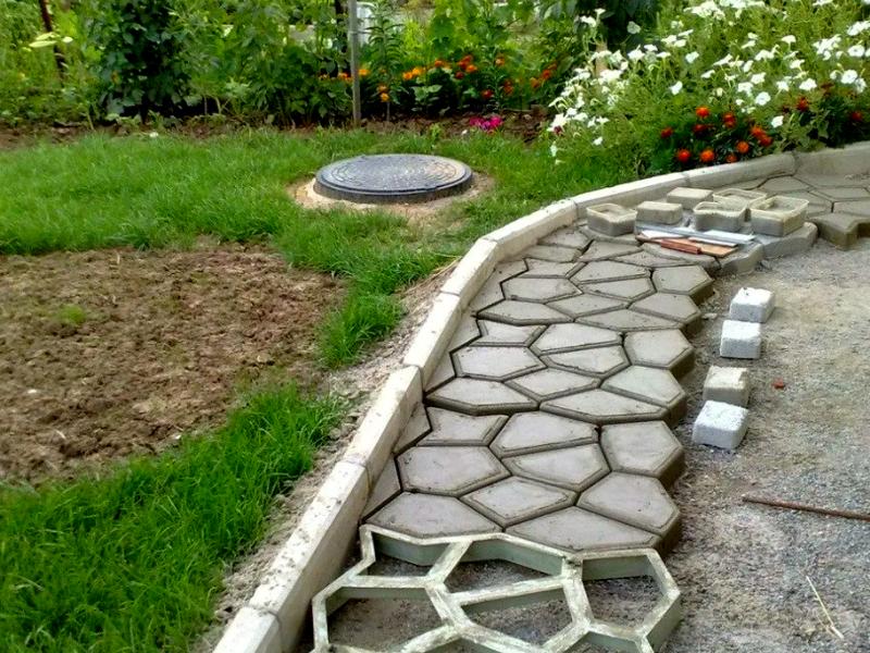 Заливка бетонных дорожек в специальные формы