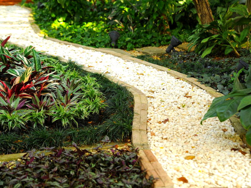 Насыпная тропинка из гравия