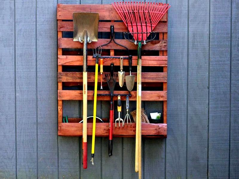 Садовые инструменты размещены на поддоне