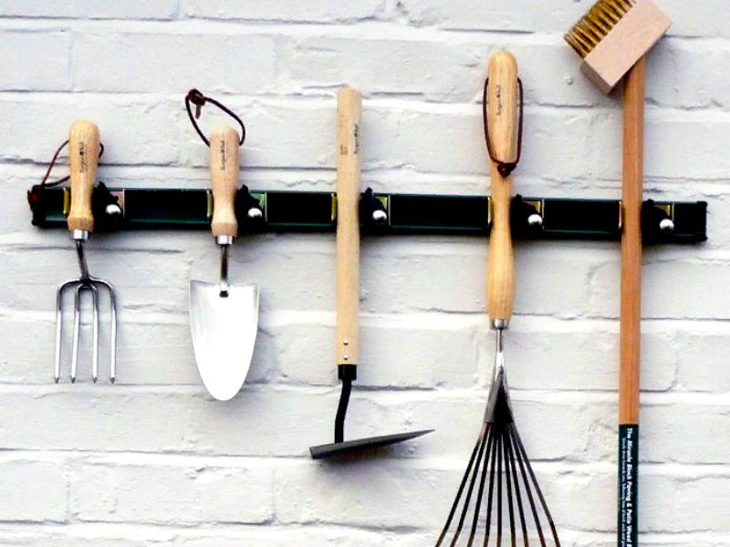 Инструменты можно подвесить на крючках